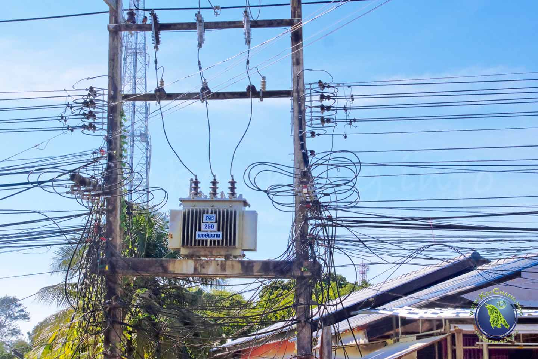 Câbles électriques et téléphoniques sur Koh Chang en Thaïlande
