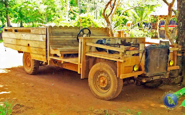 Holzauto auf Koh Maak in Thailand