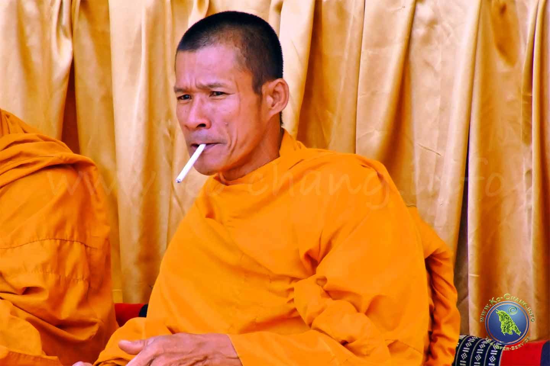 Rauchender Mönch in Thailand