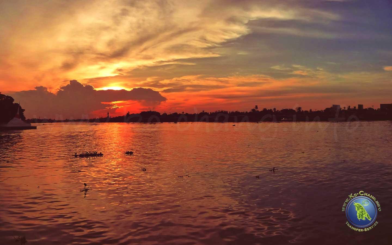 Sonnenuntergang am Chao Phraya in Bangkok, Thailand