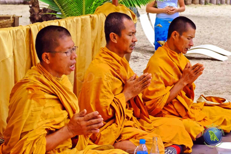 Thailändische Mönche beim Gebet