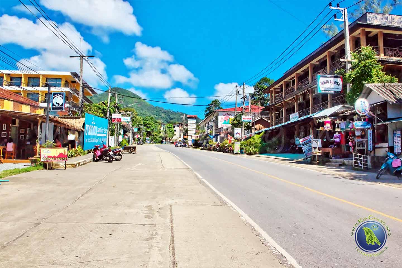Dorf beim White Sand Beach auf Koh Chang in Thailand